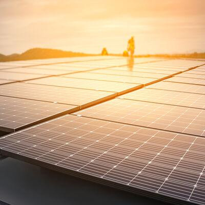 Verlegung der Solarpanele am Dach des Firmensitzes von VARIO-HAUS in Wiener Neustadt