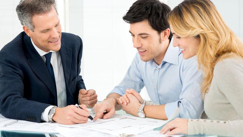 Als VARIO-HausverkäuferIn sind Sie die erste Kontaktperson für Bauinteressenten von VARIO-HAUS. Beginnend bei der Beantwortung erster genereller Fragen zum Hausbau bauen Sie Sympathie und eine gute Gesprächsbasis mit den Bauinteressenten auf.
