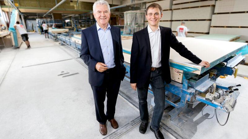 Inhaber und Geschäftsführer Josef Gruber und sein Sohn Daniel zeigen Ihnen und Ihren Bauinteressenten gerne das Werk in Wiener Neustadt, wo die Wände, Decken und Dächer für jedes VARIO-HAUS produziert werden.